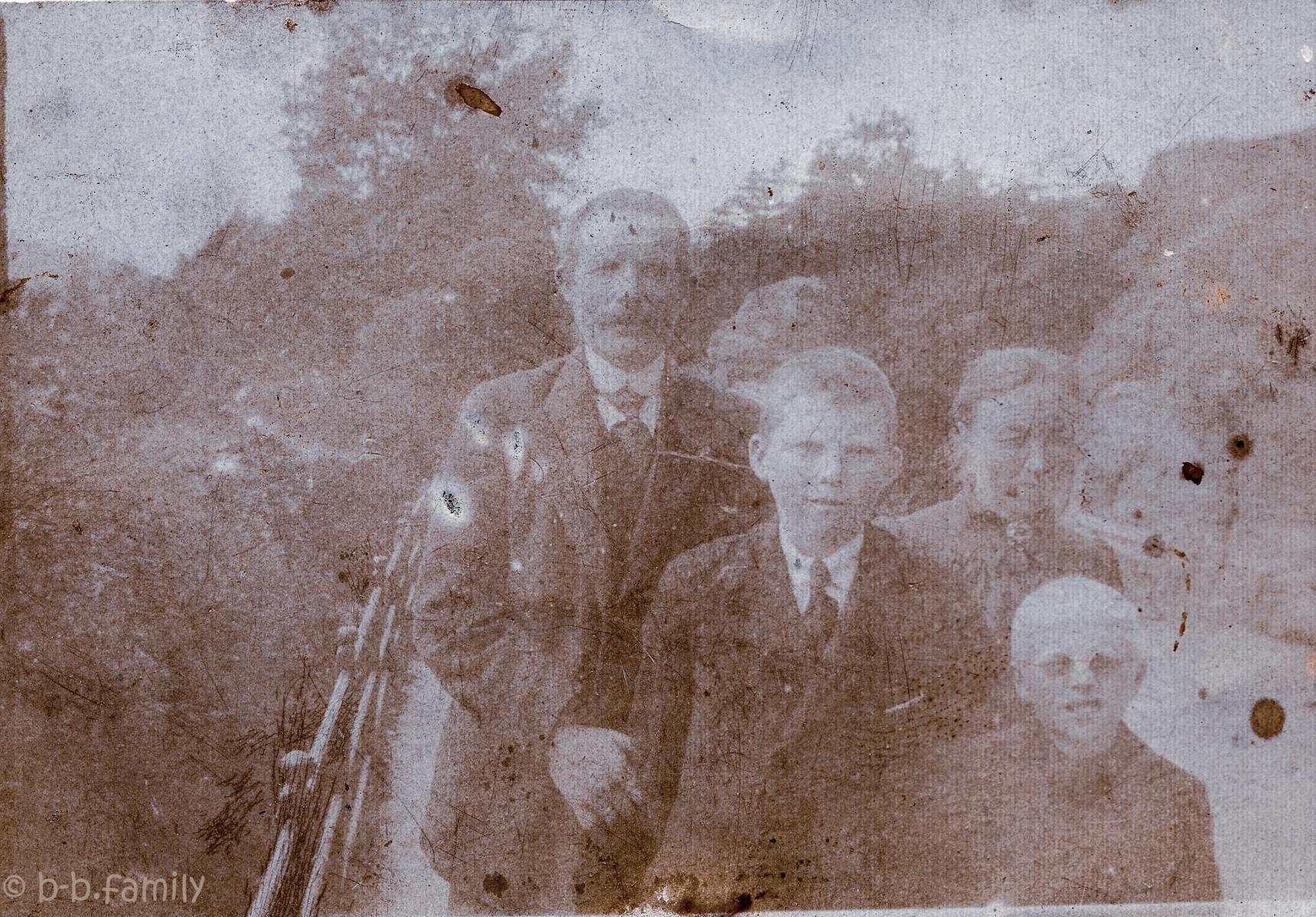 1915 August og Serina med guttene